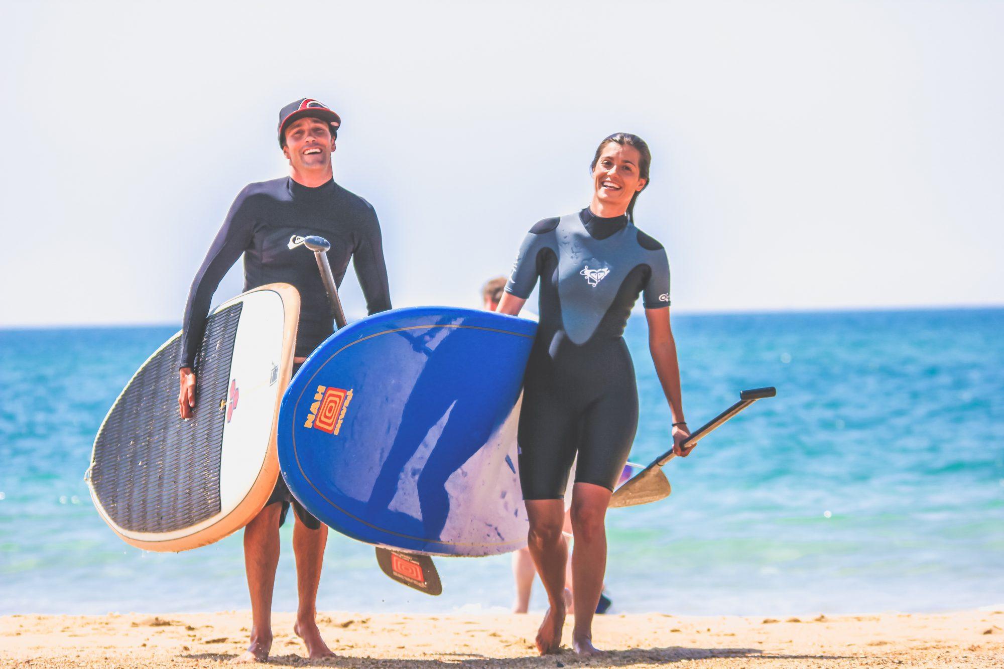 moniteur et filles stand up paddle plage